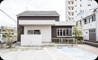 駐車場3台完備 隣接する整形外科の駐車場も利用OK